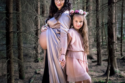 māte, kas ir stāvoklī, bildējas kopā ar meitu