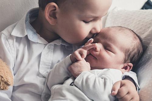 tikko dzimušais kopā ar vecāko brāli