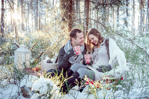 ziemīga fotogrāfija ar pāri mežā, gaidot pēcnācēju
