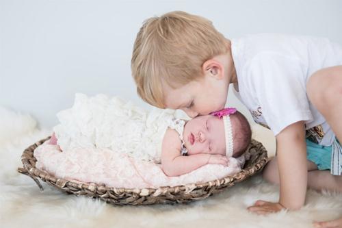 jaundzimušā fotogrāfija kopā ar vecāko brālīti