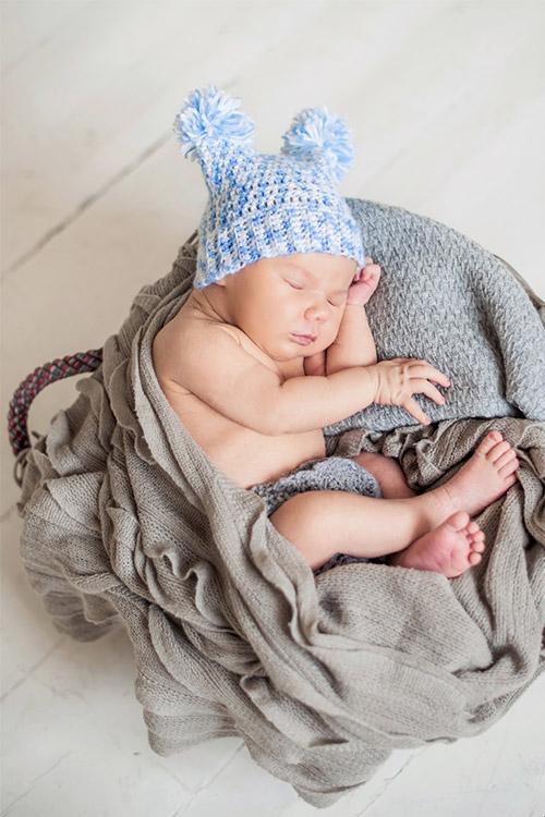 jaundzimušais smukā cepurītē