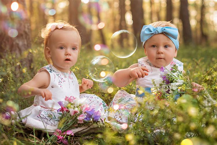 divi mazuļi brīnās par burbuļiem