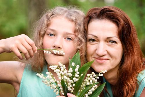 māte ar meitu, kura osta ziedus
