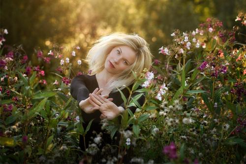 fotografēšanās starp ziediem