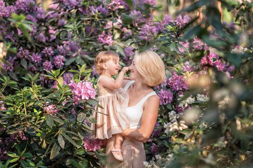 māte ar meitu uz rododendru fona