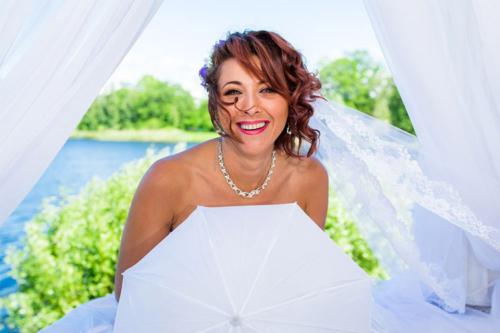 smaidīga līgava ar baltu plīvuri