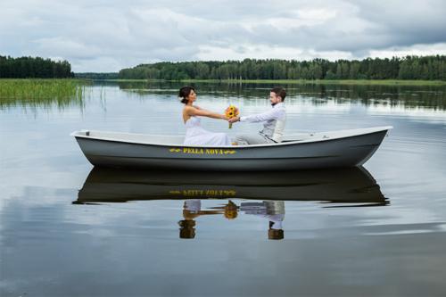 jaunais pāris laivā uz ezera