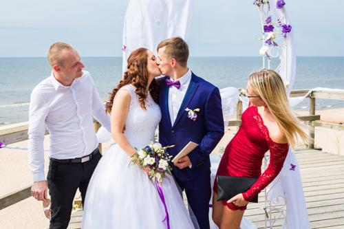 kāzu skūpsts pie jūras