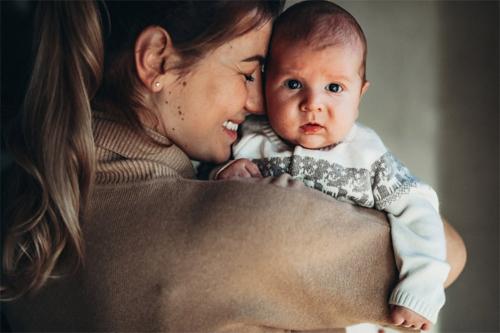 bērniņa foto ar smaidīgu māmiņu