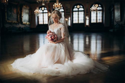 līgavas foto greznā ēkā