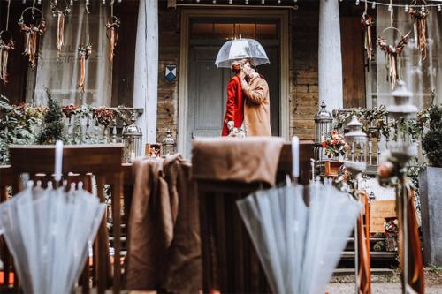 kāzu bilde lietainā dienā