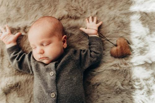 gulošs mazulis dabīgos toņos