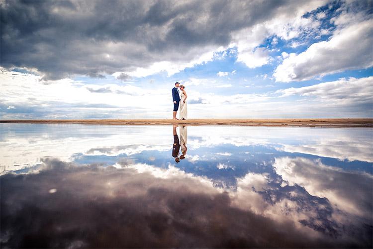 ļoti skaista fotogrāfija uz jūras fona ar mākoņu atspulgu ūdenī