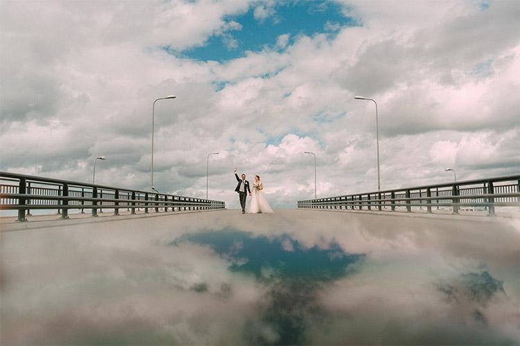 oriģināla vieta kāzu fotosesijai - uz tilta, kurā redzams debesu atspulgs. Pārdaugavā.