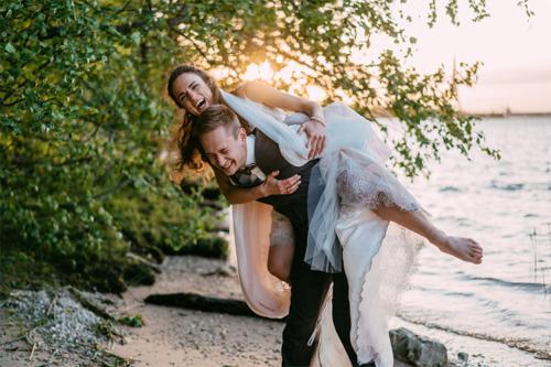 spēcīgs, neatkarīgs vīrietis nēsā sievu uz muguras