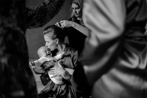 līgava, kura pošas uz kāzām, mierina savu mazuli