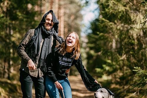 ģimenīte mežā ar suni