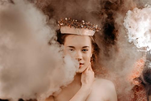 jauna sieviete ar kroni galvā, piedūmotā telpā