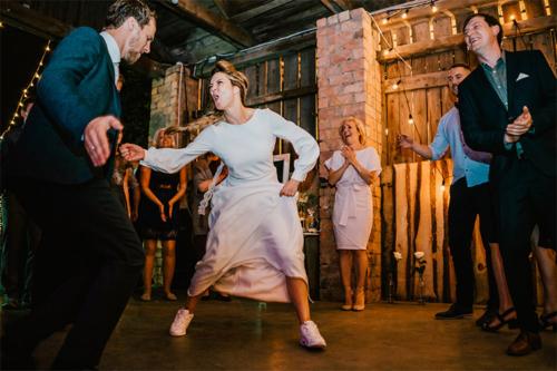 jaunā sieva ierāda labākos deju soļus