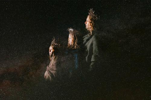 māte ar divām meitām nāksnīgā bildē