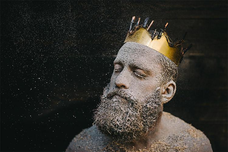 vīrieša portrets ar kroni galvā