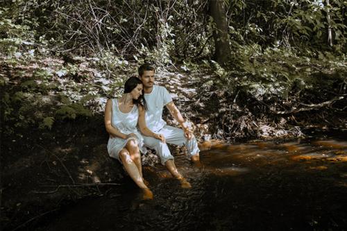 kopā būšanas prieks upītes malā
