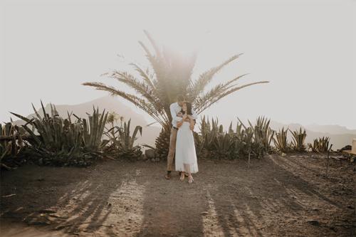 bildēšanās zem palmas zariem