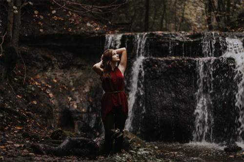 foto līdzās ūdenskritumam