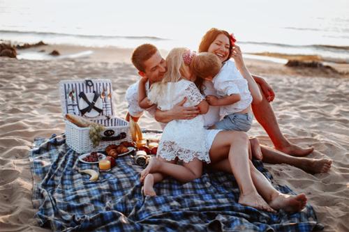 sirsnīgs ģimenes foto pie jūras