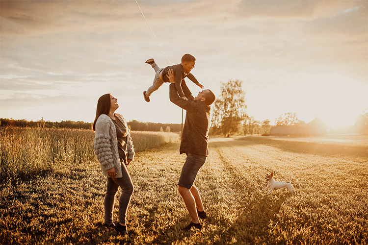 ģimene pie dabas ar mazu sunīti