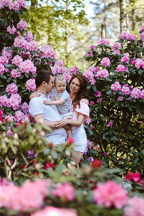ģimenītes fotografēšanās pie dabas un ziediem