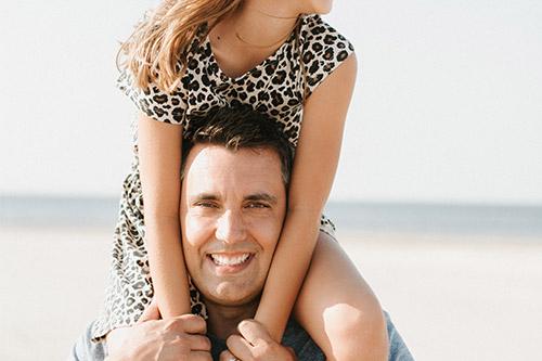 Tēvs ar meitu pičpaunā