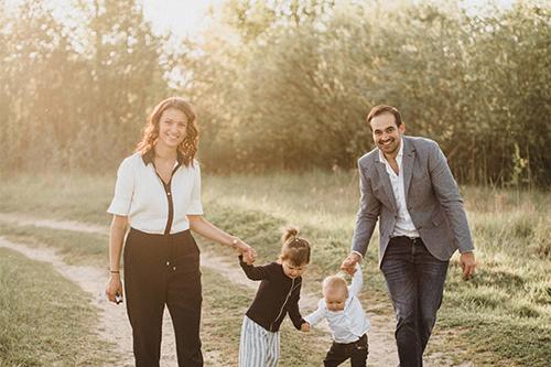 ģimenīte devusies pastaigā mazliet izlocīt kājas