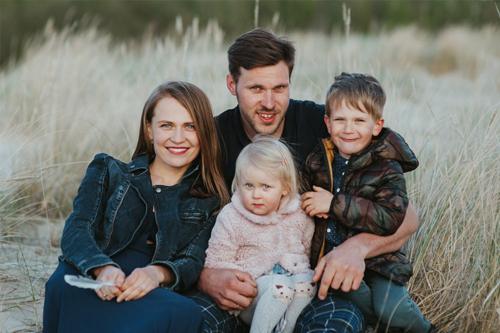 tēvs, māte, meita un dēls.