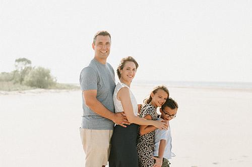 ģimene pozē ģimenes fotosesijai