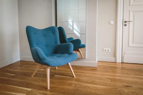 ērts atpūtas krēsls gaišai istabai