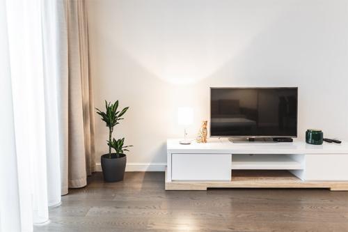 tv kumode un telpaugs