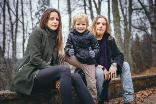 priecīga dēla foto ar vecākiem pie dabas