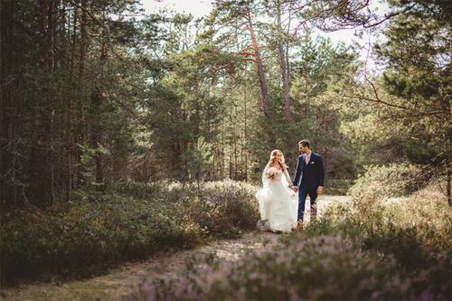 kāzu pastaiga dabā saulainā dienā