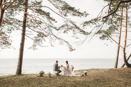 piknikā pie jūras kā vīrs un sieva