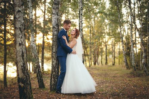 kāzu fotogrāfija bērzu birzī