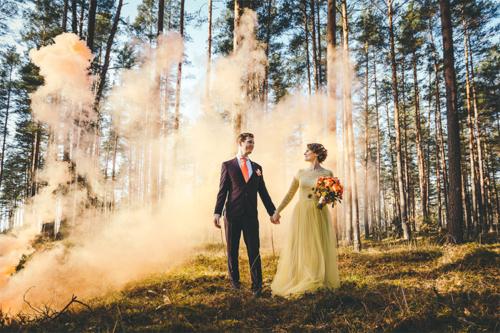 līgavas un līgavaiņa bilde ar oranžiem elementiem