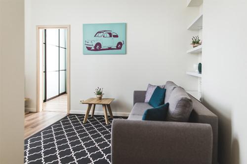gaiša viesistaba ar automašīnas zīmējumu