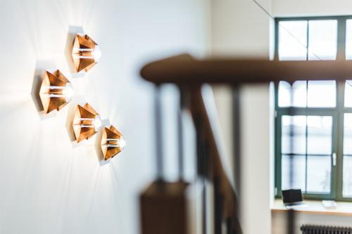stilīgi gaismas elementi dzīvoklī