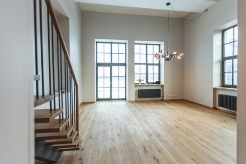 plaša istaba divstāvu dzīvoklī