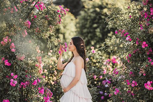 gaidību fotosesija rožu dārzā