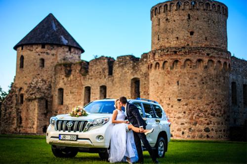 kāzu bilde pie senas pils