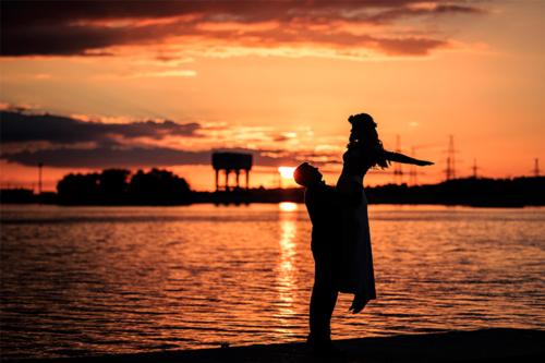 kāzu fotogrāfija saulrietā
