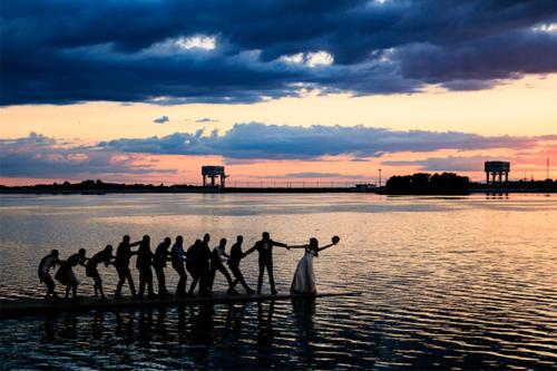 idejas kāzu bildēm pie ūdens