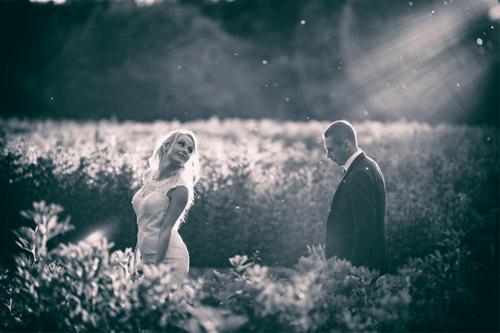 sieva ar vīru saules staros